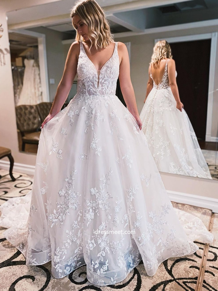 Gorgeous Ball Gown V Neck Sparkly Lace Tulle Wedding Dresses with Train