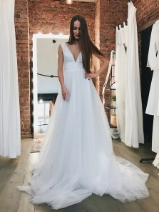Gorgeous Ball Gown V Neck Open Back Tulle Long Wedding Dresses with Train
