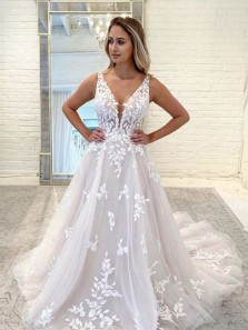 Gorgeous Ball Gown V Neck Tulle Ivory Wedding Dresses with Appliques